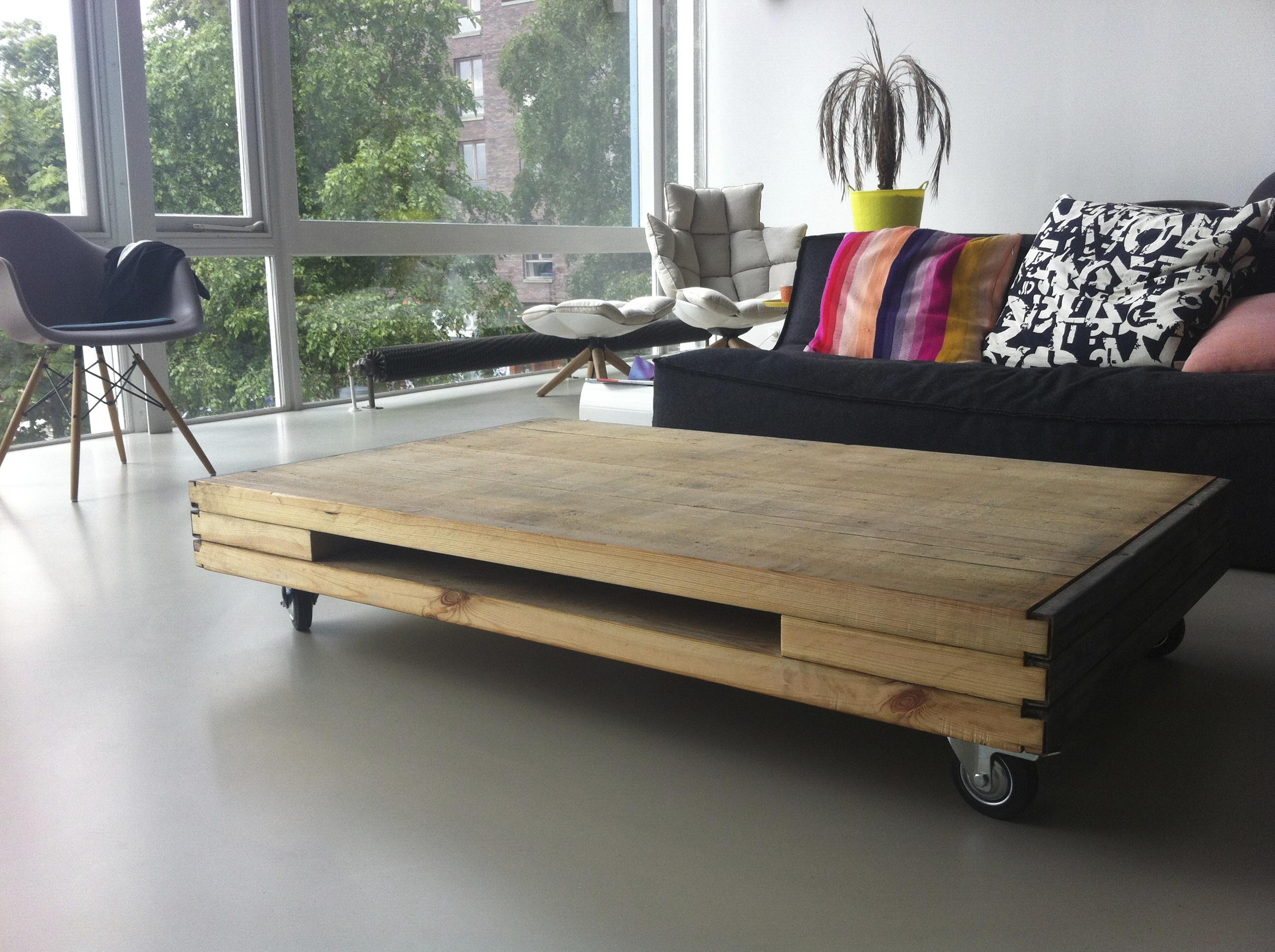 Stoere en gebruiksvriendelijke salontafel gemaakt van steenschotten